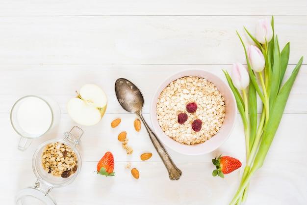 Café da manhã com cereais e frutas
