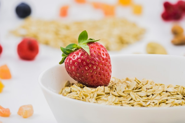 Café da manhã com cereais e morangos