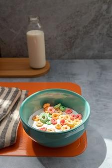 Café da manhã com cereal colorido servido em tigela colorida