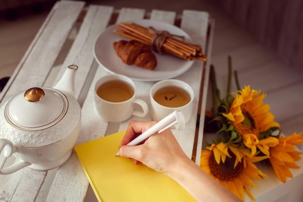 Café da manhã com chá e planejamento para o dia