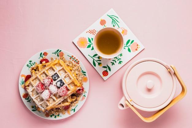 Café da manhã com chá e waffles
