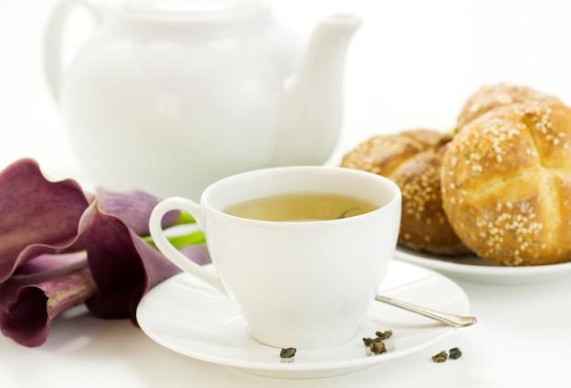 Café da manhã com chá verde pão francês crocante