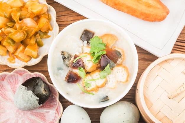 Café da manhã com conserva de ovo e carne magra mingau