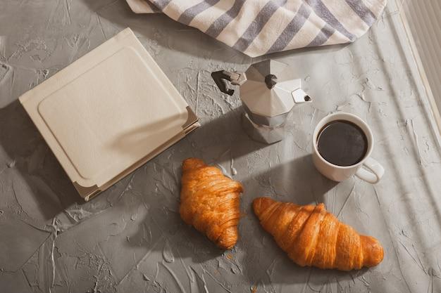 Café da manhã com croissant e café e moka pote refeição matinal e conceito de café da manhã vista superior