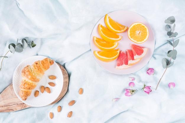 Café da manhã com croissant e frutas