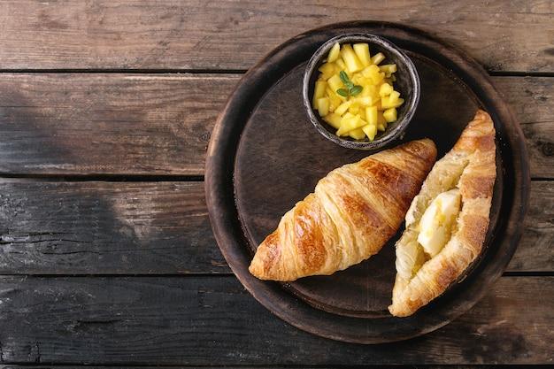 Café da manhã com croissant e manga