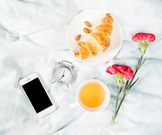 Café da manhã com croissant e xícara de chá