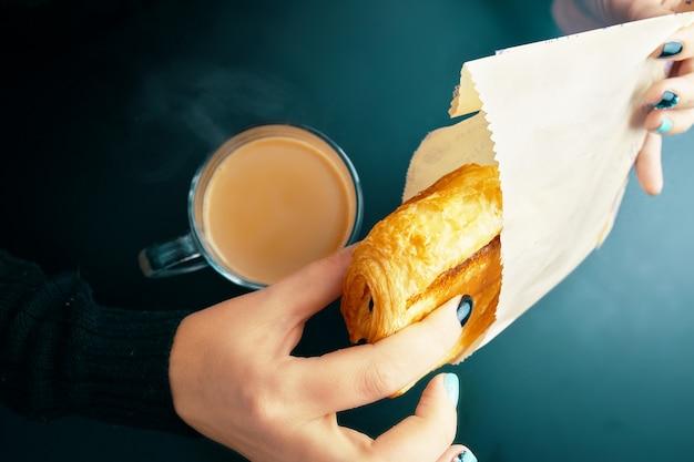 Café da manhã com croissant francês e café