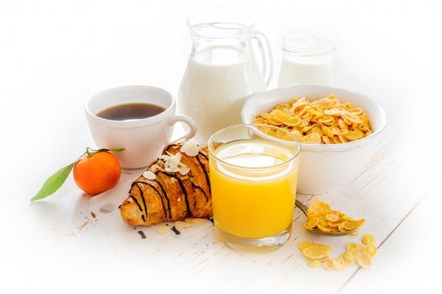 Café da manhã com croissant, suco, café e cereais