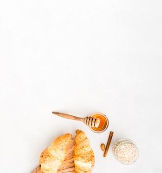 Café da manhã com croissant