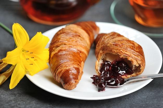 Café da manhã com croissants chá, croissants, lily na