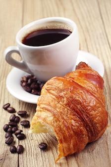Café da manhã com croissants e café