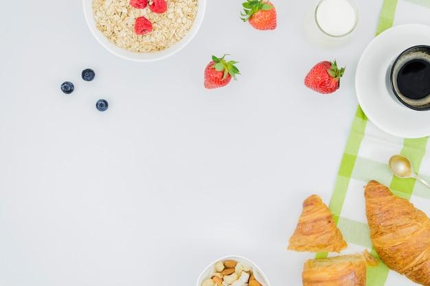 Café da manhã com croissants e frutas