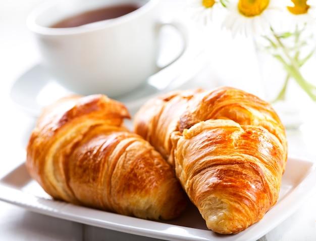Café da manhã com croissants frescos e chá