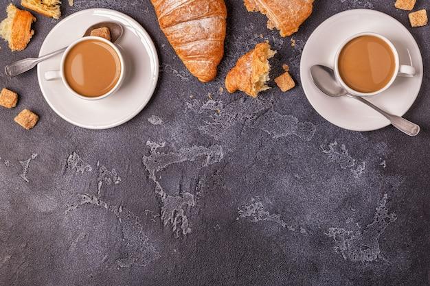 Café da manhã com croissants frescos, suco de laranja e café
