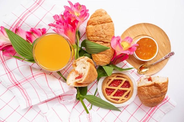 Café da manhã com croissants na toalha