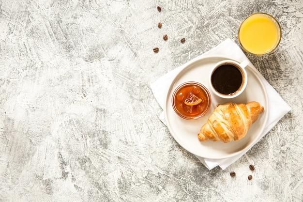 Café da manhã com croissants no concreto
