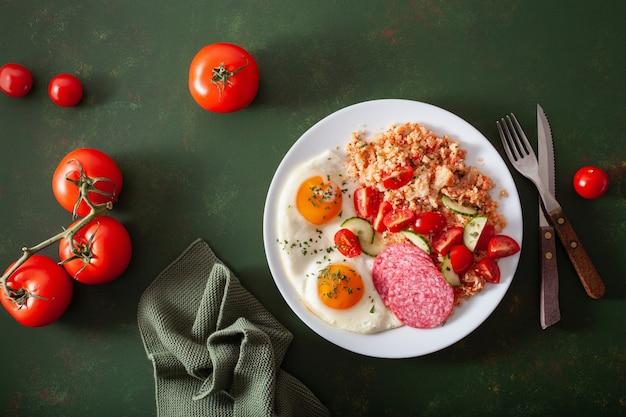 Café da manhã com dieta cetogênica paleo. arroz de couve-flor, salame de ovo frito