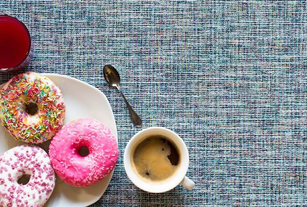 Café da manhã com donuts coloridos e café