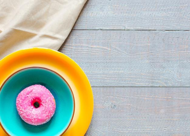 Café da manhã com donuts coloridos