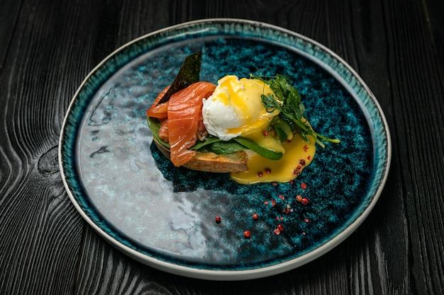 Café da manhã com ervas de ovo e salmão em prato redondo