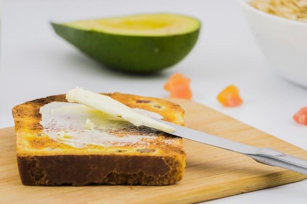 Café da manhã com fatias de pão e manteiga