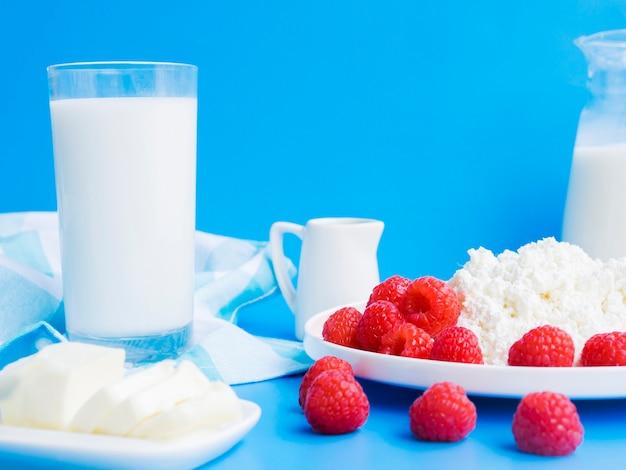 Café da manhã com framboesas e produtos lácteos