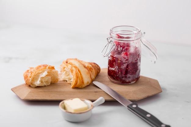 Café da manhã com geléia caseira de frutos silvestres