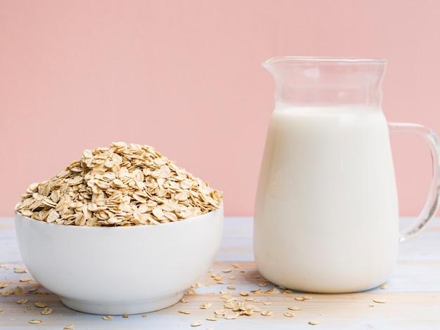 Café da manhã com leite e tigela de aveia