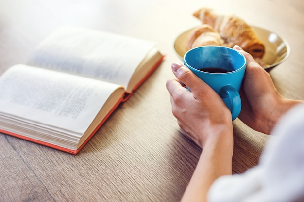Café da manhã com livro
