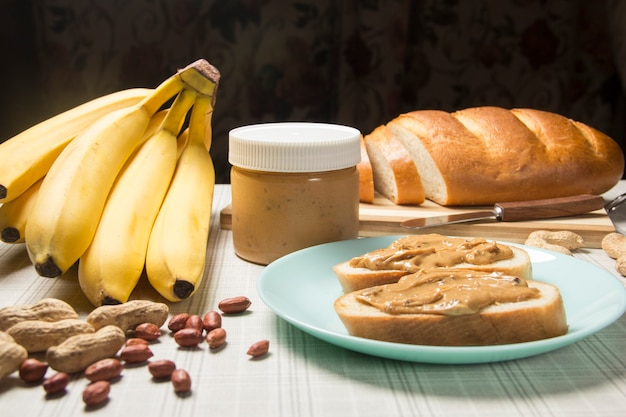 Café da manhã com manteiga de amendoim lanche saudável pão vegetariano com manteiga de amendoim e banana