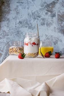 Café da manhã com muesli e iogurte