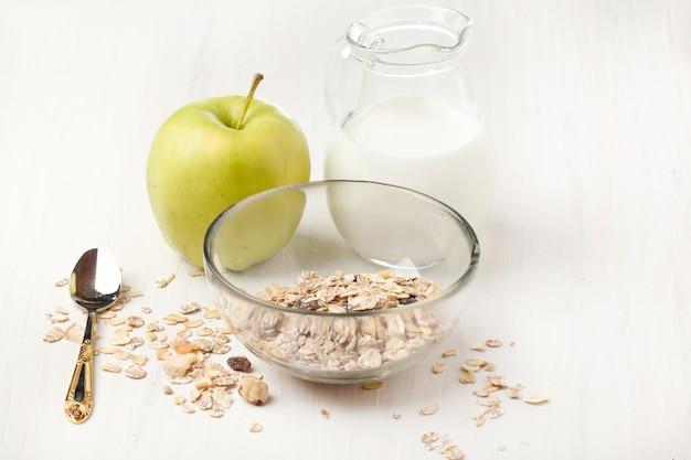 Café da manhã com muesli, leite e maçã