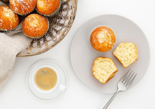 Café da manhã com muffins cortados e café