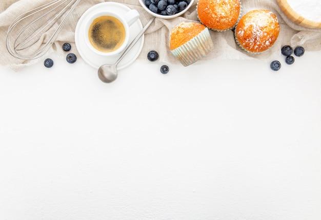 Café da manhã com muffins e copia de café