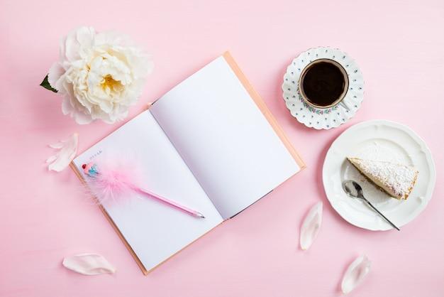 Café da manhã com notebook, café e bom humor