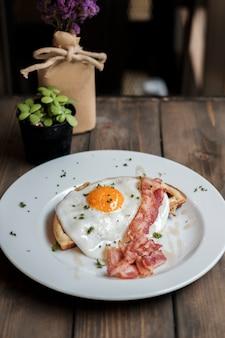Café da manhã com ovo e bacon