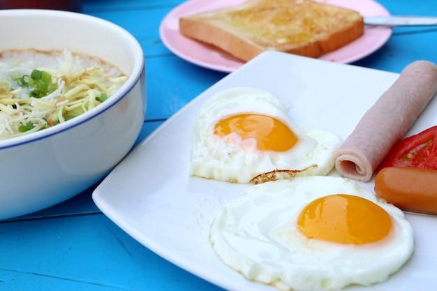 Café da manhã com ovo e linguiça