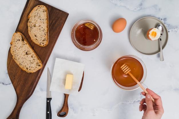 Café da manhã com ovos cozidos