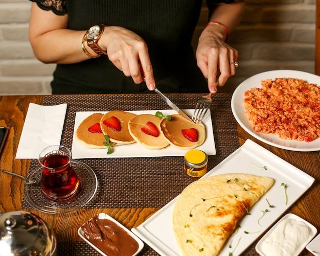Café da manhã com panquecas e omelete