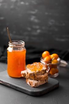 Café da manhã com pão e geléia em jar
