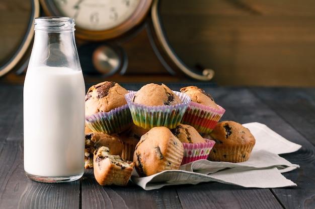 Café da manhã com pastelaria e leite em garrafa