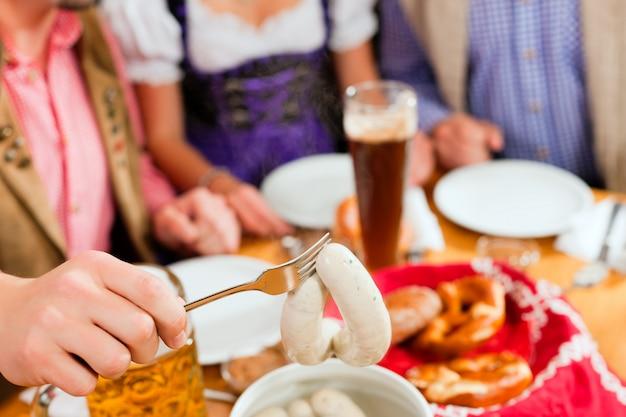 Café da manhã com salsicha de vitela branca da baviera