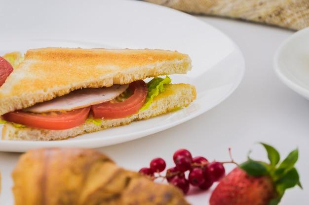 Café da manhã com sanduíche de vegetais