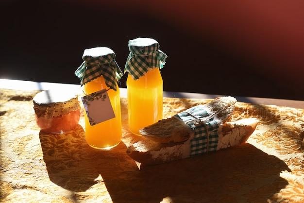 Café da manhã com suco de laranja para dois e sol forte