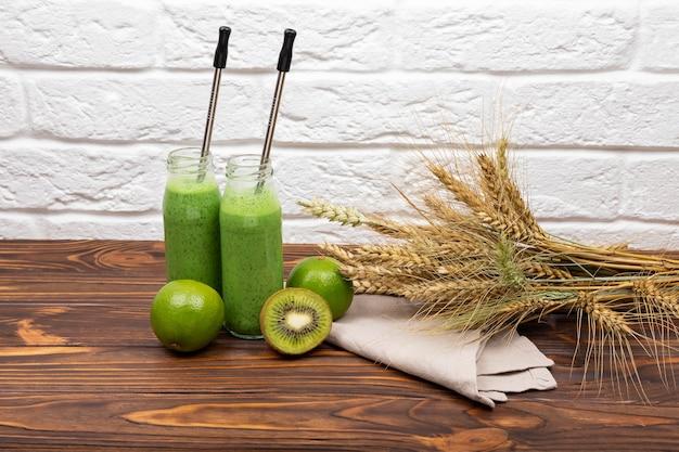 Café da manhã com suco verde cru para vegan