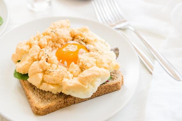 Café da manhã com torrada de pão integral e ovo de nuvem