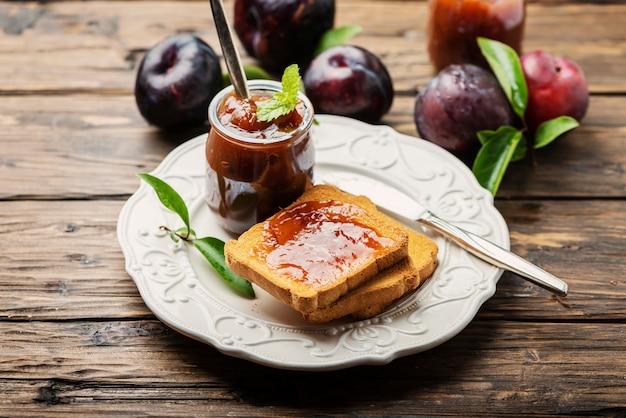 Café da manhã com torradas e geléia de ameixa
