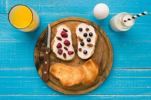 Café da manhã com torradas francesas com frutas frescas. alimentos saudáveis no café da manhã. vista do topo. copie o espaço