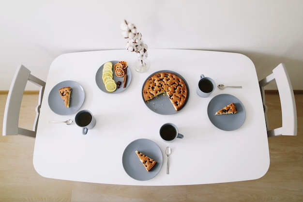 Café da manhã com uma fatia de torta caseira e chá quente na vista de cima da mesa